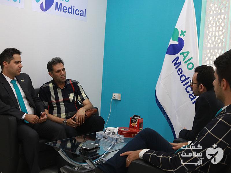 مذاکره با مقامات گردشگری سلامت ایران توسط هادی شجاری و یکی از اعضای شرکت آریا در غرفهی الومدیکال شرکت آریامدتور