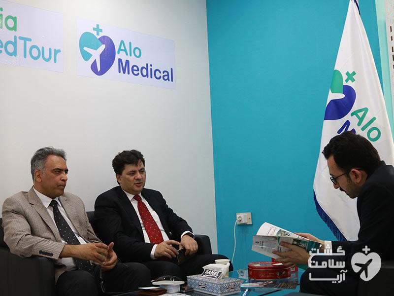 مذاکره با مقامات گردشگری سلامت ایران توسط هادی شجاری در غرفهی الومدیکال شرکت آریامدتور