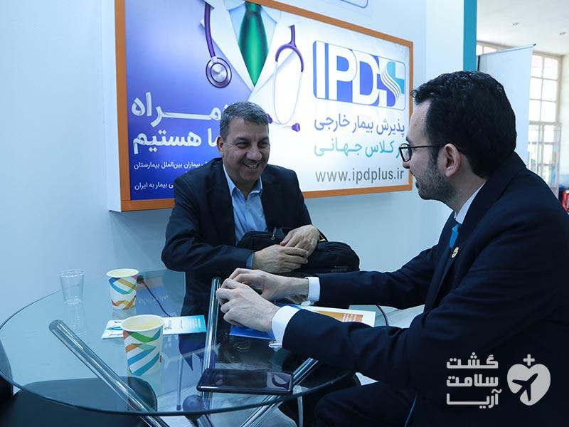 مذاکره با مقامات گردشگری سلامت ایران توسط هادی شجاری در غرفهی آیپیدی پلاس شرکت آریامدتور