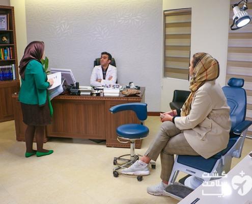 مترجم درمانی شرکت گردشگری سلامت آریا و توریست اسپانیایی در مطب پزشک ایرانی