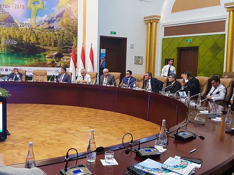 محمد نصری در جمع سایر فعالان گردشگری دنیا در سالن کنفرانس بین المللی گردشگری تاجیکستان