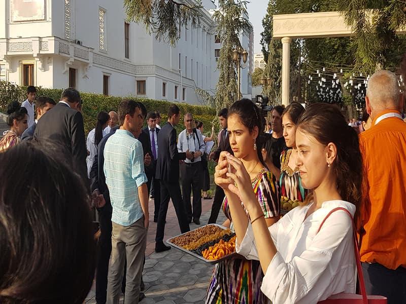 افتتاحیه نمایشگاه بین المللی گردشگری در پارک رودکی تاجیکستان که توسط عکاسان و خبرنگاران با پوشش خبری همراه شد