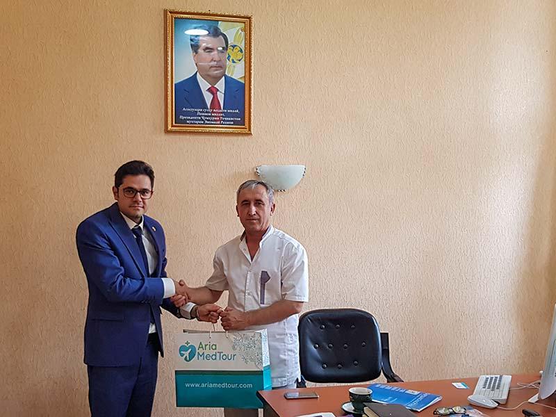 محمد نصری پس از مذاکره و عقد قرارداد همکاری با پزشکان تاجیکی در تاجیکستان