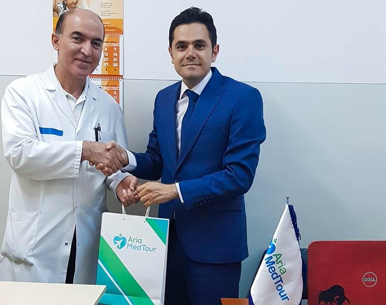محمد نصری در کنار پزشک تاجیکی بعد از عقد قرارداد همکاری