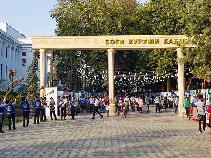 افتتاحیه نمایشگاه و همایش بین المللی گردشگری تاجیکستان با آواز و موسیقی تاجیکی در پارک کوروش کبیر