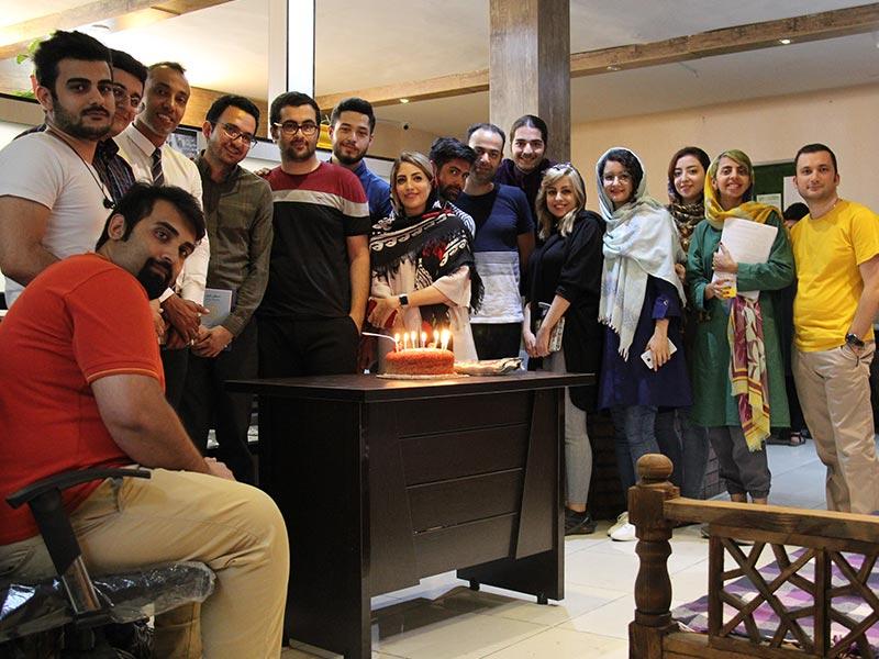 جشن تولد در شرکت به همراه مدیر منابع انسانی و توجه به شادی کارمندان