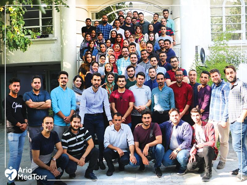 عکس دسته جمعی تیم جوان استارتاپ آریامدتور در حیاط شرکت در کنار هم