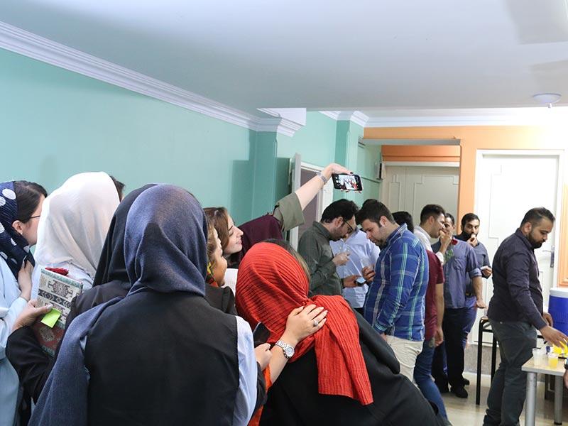 سلفی دسته جمعی کارمندان جوان در برنامه رفاهی شرکت برای پرسنل