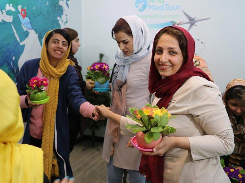 گلدان گل در دستان پرسنل به مناسبت روز زن در شرکت