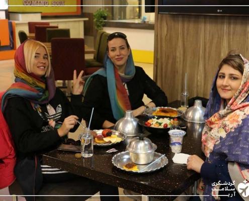 گردشگران درمانی و مترجم همراه شرکت گردشگری سلامت آریا در رستوران ایرانی
