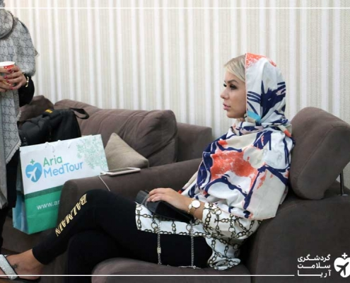 زن فنلاندی برای عمل جراحی سینه در مطب پزشک ایرانی