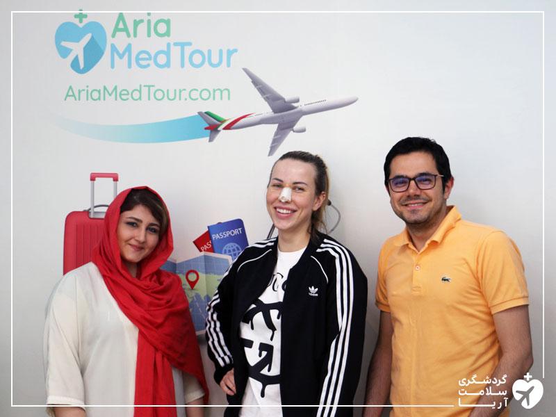 توریست خارجی در دفتر شرکت گردشگری سلامت آریامدتور
