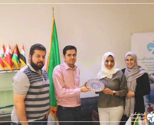 اهدای بادگاری به گردشگر عمانی در دفتر شرکت گردشگری سلامت آریامدتور