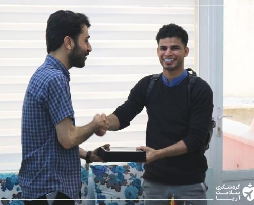 مرد عمانی در دفتر شرکت آریامدتور