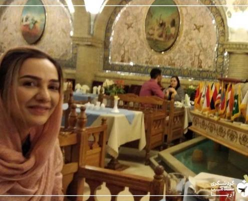 گردشگر سلامت در رستوران سنتی ایرانی