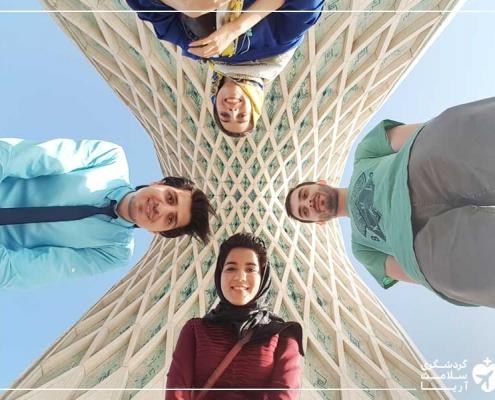 توریست رومانیایی در میدان آزادی تهران