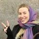 یک خانم خندان به عنوان گردشگر سلامت که از خدمات شرکت آریامدتور در ایران راضی و خشنود است