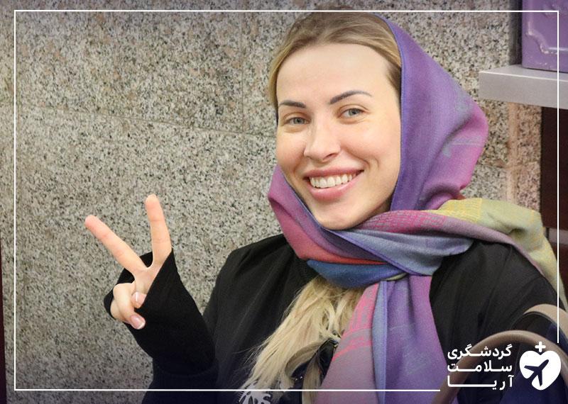 یک بیمار خانم خندان به عنوان گردشگر سلامت که از خدمات شرکت آریامدتور در ایران راضی و خشنود است