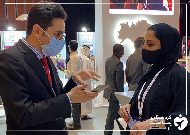 محمد نصری، مدیرعامل آریامدتور در حال صحبت با بازدیدکنندگان و سرمایه گذاران خارجی در نمایشگاه جیتکس 2020 دبی