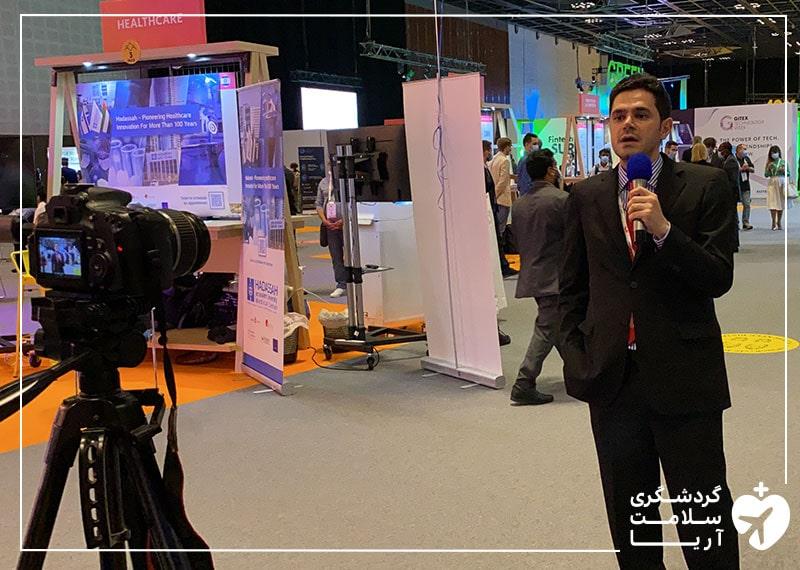 محمد نصری، مدیرعامل آریامدتور در حال مصاحبه و تهیه گزارش از نمایشگاه جیتکس 2020 دبی