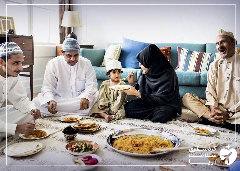 یک خانواده عرب در کنار یکدیگر مشغول خوردن غذا