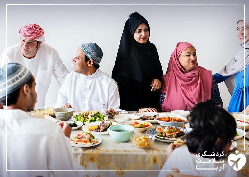 تصویری از یک خانواده عرب در کنار یکدیگر که نشان دهنده نوع فرهنگ و آداب و رسوم آنهاست
