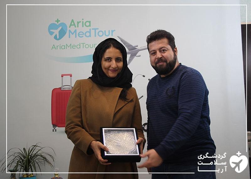 یک خانم عرب در کنار کارشناس فروش و مترجم همراه تیم آریامدتور در ایران