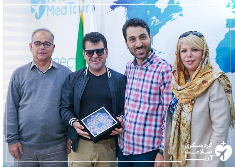 دو مرد عرب زبان در کنار اعضای تیم آریامدتور و مترجم همراه خودشان