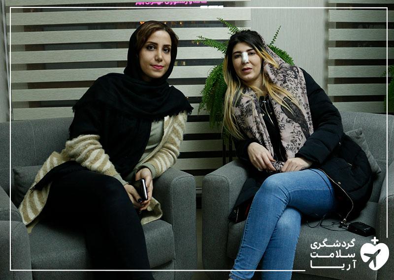 یک خانم عرب در کنار مترجم همراه ایرانی اش بعد از انجام عمل جراحی زیبایی بینی در تهران