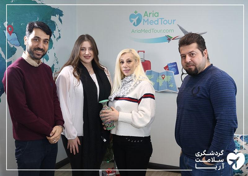دو خانم عرب زبان در کنار مترجم همراه خود در دفتر شرکت آریامدتور با هدف انجام عمل های زیبایی در ایران