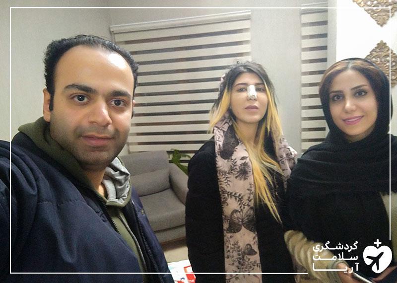 یک خانم عرب درکنار مترجم همراه و یکی از کارکنان شرکت آریامدتور در مطب پزشک جهت معاینه بعد از عمل زیبایی بینی