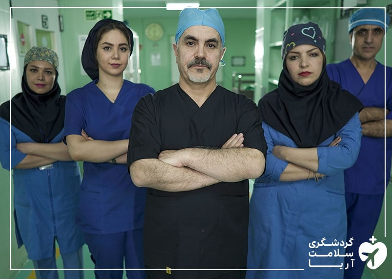 یک پزشک و کادر درمان ارائهدهنده خدمات زیبایی و پزشکی در ایران