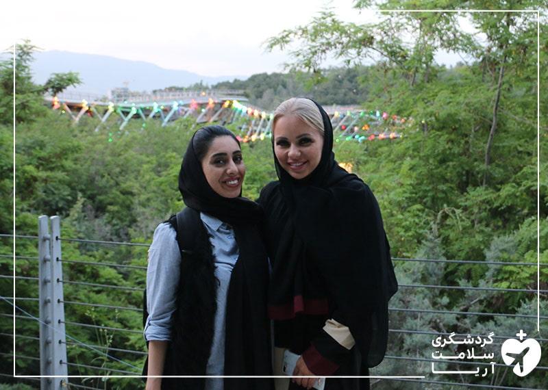 یک توریست سلامت در کنار مترجم همراه خود در حال گشت و گذار در تهران