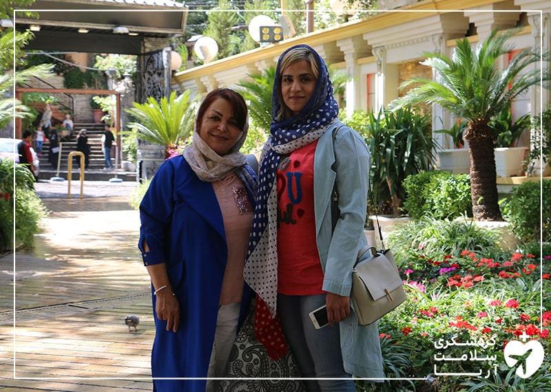 یک خانم کانادایی مهمان آریامدتور در کنار مترجم همراه خود و در حال گشت و گذار در تهران