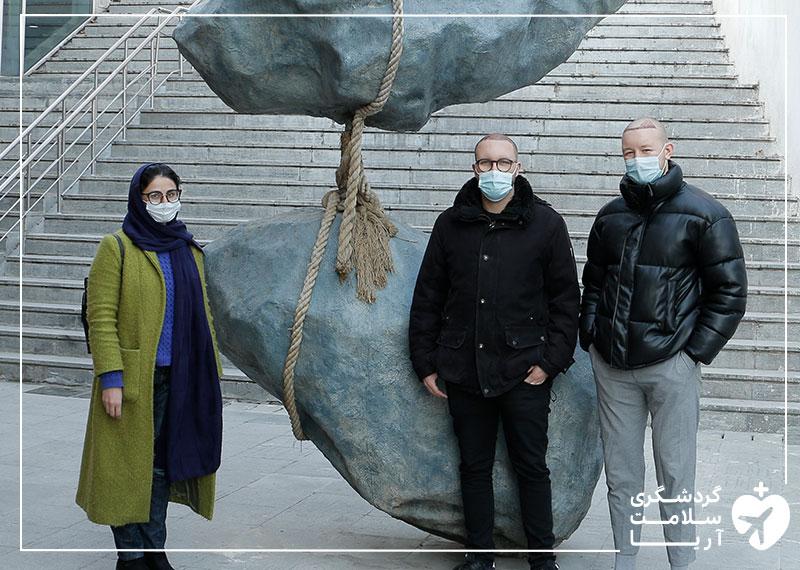 مترجم درمانی آریامدتور در حال همراهی با بیماران آریامدتور و گشت و گذار در تهران