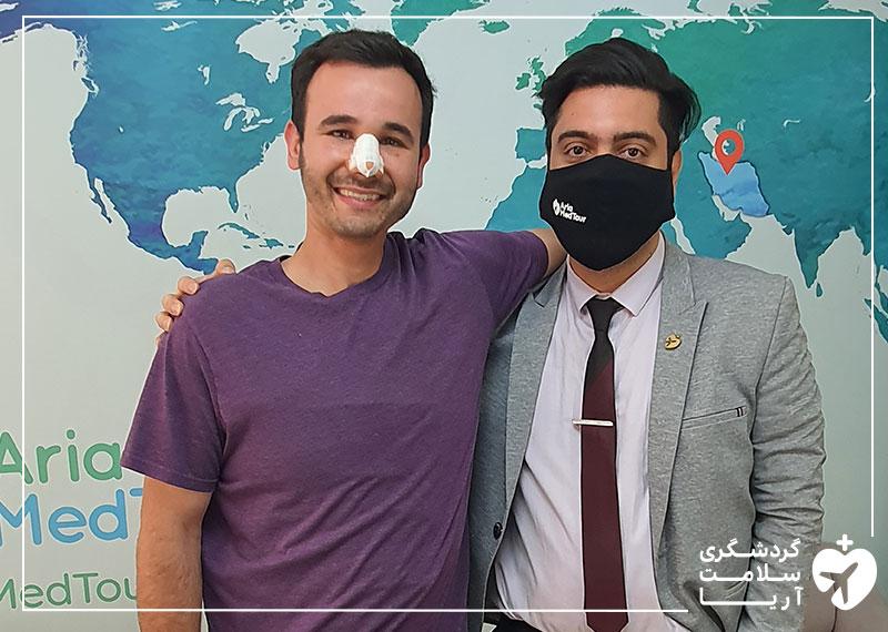 یک مرد 35 ساله آمریکایی در کنار مترجم درمانی خود در شرکت آریامدتور