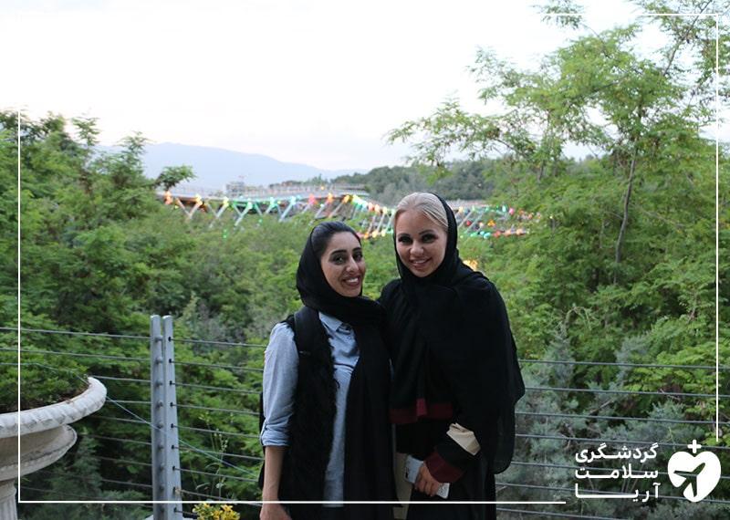 بیمار فنلاندی مقیم امارات در ایران و درکنار مترجم درمانی خود در حال گشت شهری در تهران و پارک آب و آتش