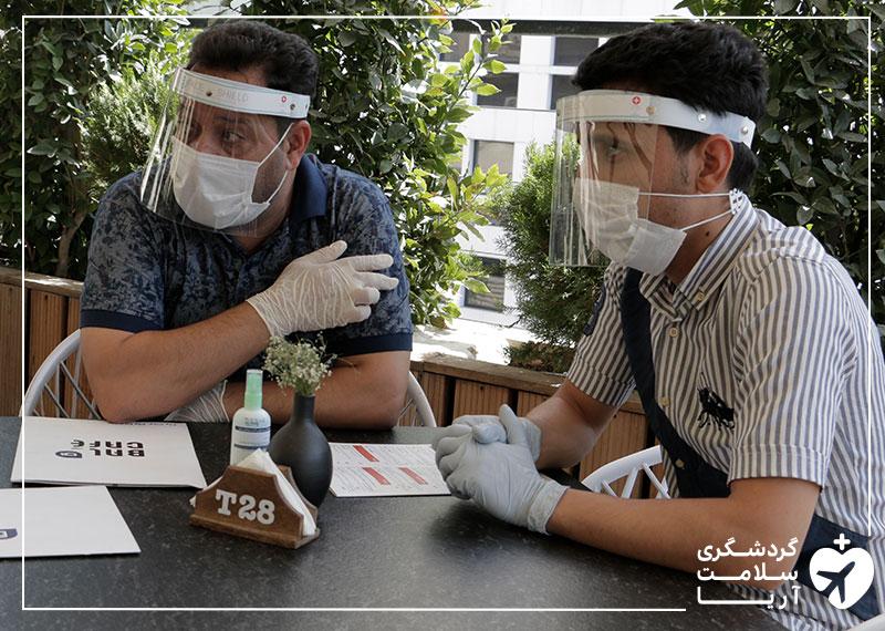 بیمار عراقی آریامدتور و مترجم همراهش در کافهای در شهر تهران