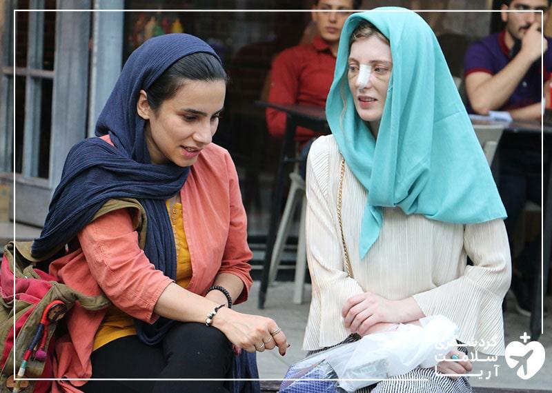 بیمار خارجی آریامدتور در کنار مترجم درمانیاش در حال گشت شهری در تهران