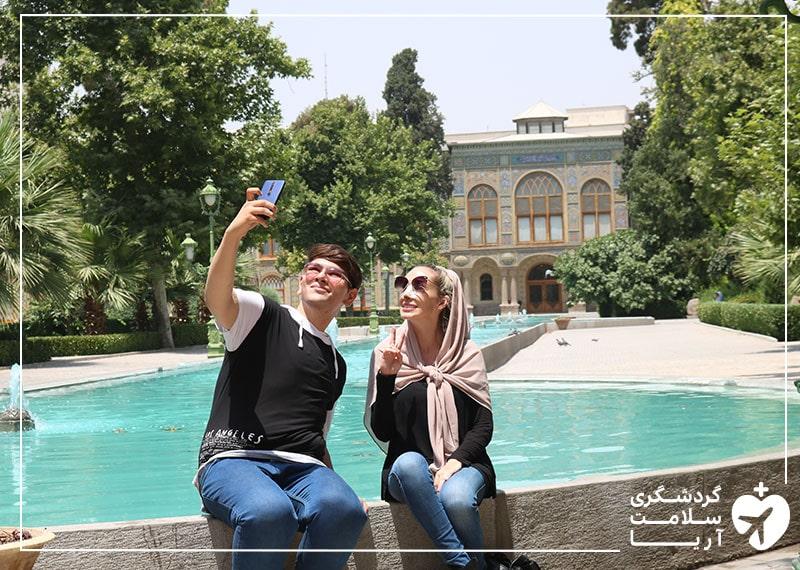 بیمار استرالیایی آریامدتور به همراه مترجم همراهش در حال بازدید و تفریح در کاخ گلستان تهران