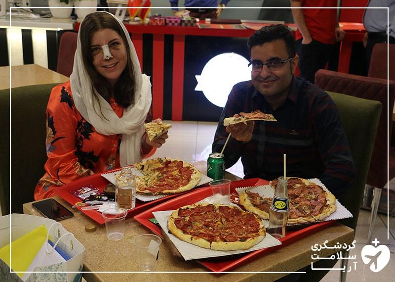 مهمان خارجی آریامدتور درکنار مترجم درمانی همراه خود مشغول صرف شام در یکی از بهترین رستوران های شهر تهران
