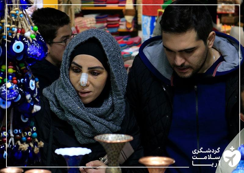بیمار خارجی آریامدتور در حین خرید از بازار تجریش تهران به همراه مترجم درمانی خود