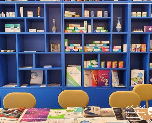 یک قفسه بزرگ به رنگ آبی که به دیوار یک اتاق بزرگ نصب شده است
