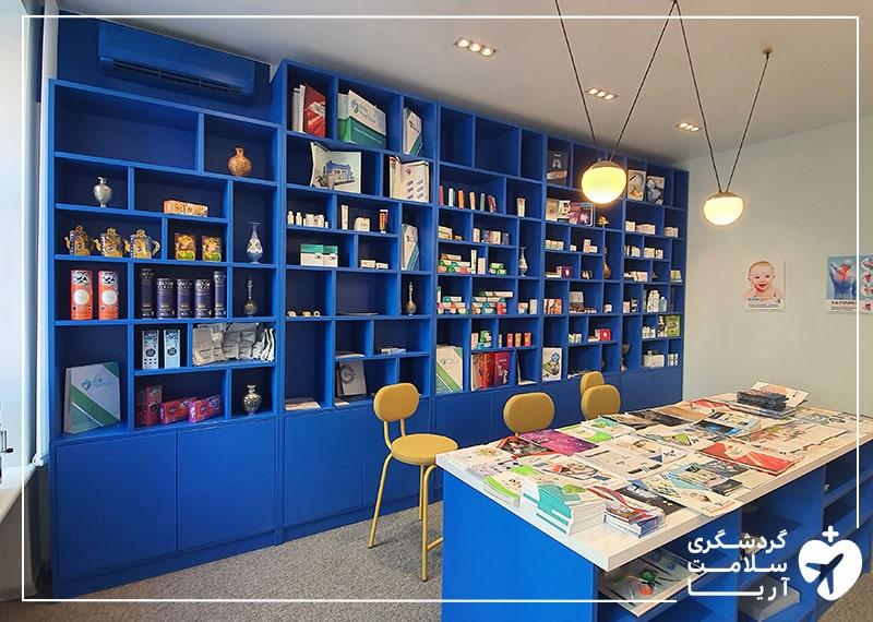 یک اتاق بزرگ با یک میز و سه صندلی و یک قفسه بزرگ که دستاوردهای ایران در آن قرار داده شده است.