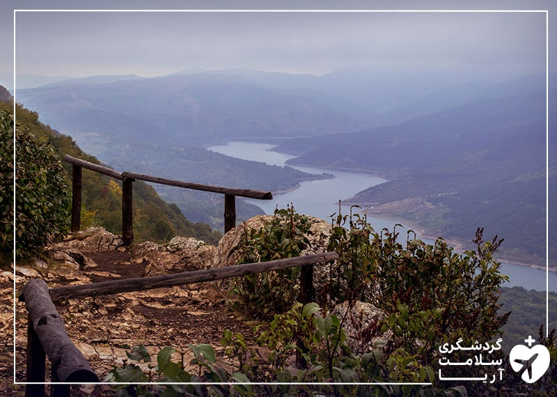 تصویری از یک منظره کوهستانی در کشور صربستان که جاذبهی توریستی دارد.