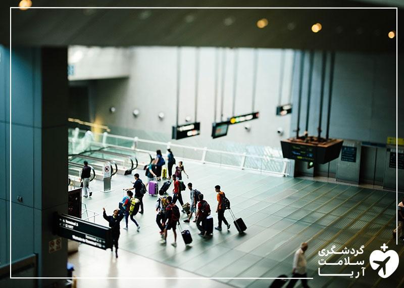 مسافران در فرودگاه در حال سفر به کشورهای خارجی