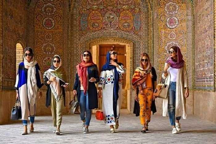 How do Iranian female youths dress?